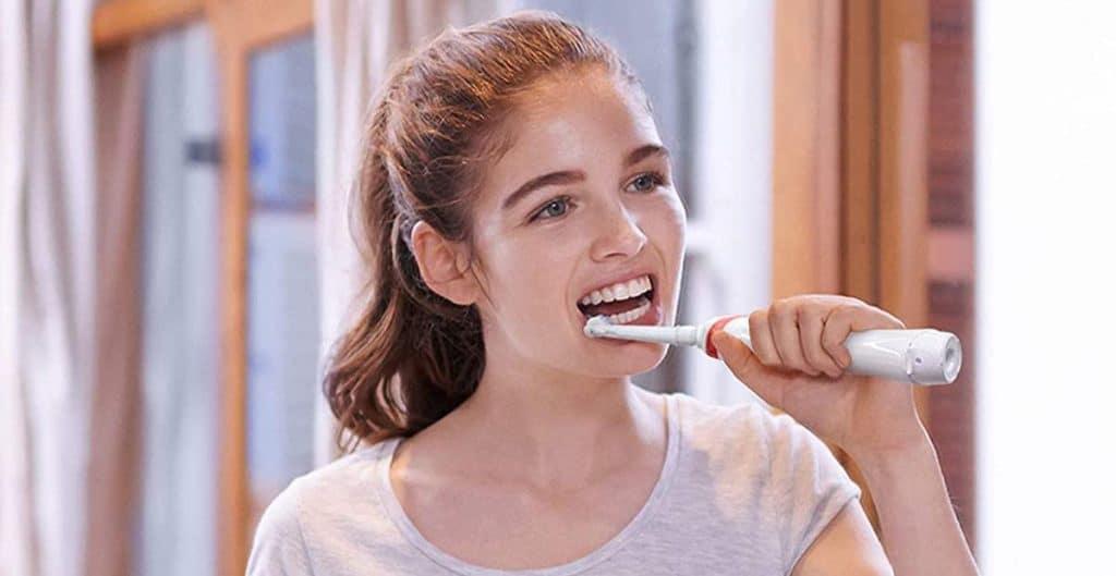 se brosser avec une brosse à dents électrique